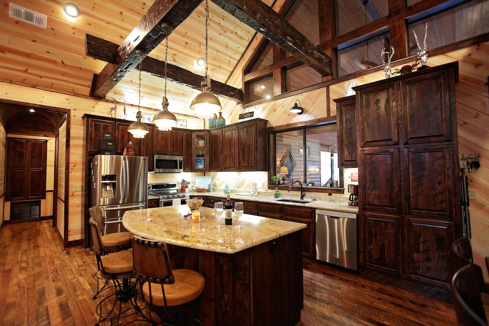 Private Kitchen, Griswold's Getaway Broken Bow - 5 Br Cabin