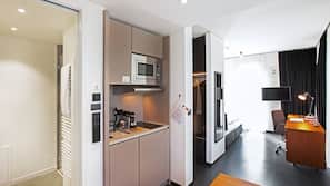 Großer Kühlschrank, Mikrowelle, Herd, Espressomaschine