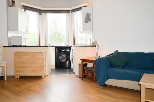 Comfy 1 Bedroom Apartment by Murrayfield