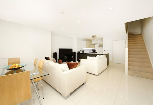 Modern 2 Bedroom House in Whitechapel