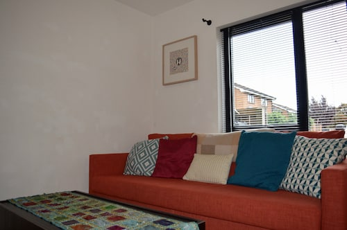 Spacious 2 Bedroom Townhouse With Garden & Parking