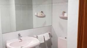 Badkar, djupt badkar, gratis toalettartiklar och handdukar