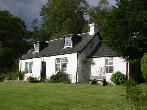 Dubh Loch Cottage on the Banks of Loch Lomond. Large Garden and Stream