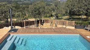 Een buitenzwembad, een verwarmd zwembad