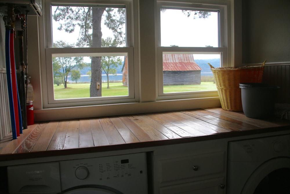 Laundry Room, Secluded, Lake Front, Easy Access, 180 View - The Farm House on Beaver Lake