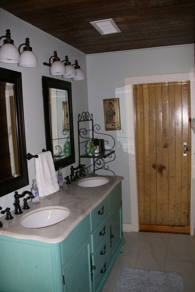 Bathroom, Secluded, Lake Front, Easy Access, 180 View - The Farm House on Beaver Lake
