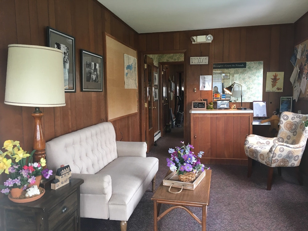 Lobby Sitting Area, The Colonial Motel