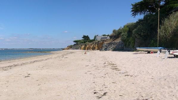 Nära stranden och solstolar