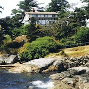 Beautiful Ocean Property 10 Mins to Downtown Victoria!