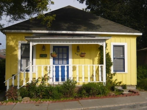 Private Cottage in Pacific Grove & 2 Complementary Aquarium Passes