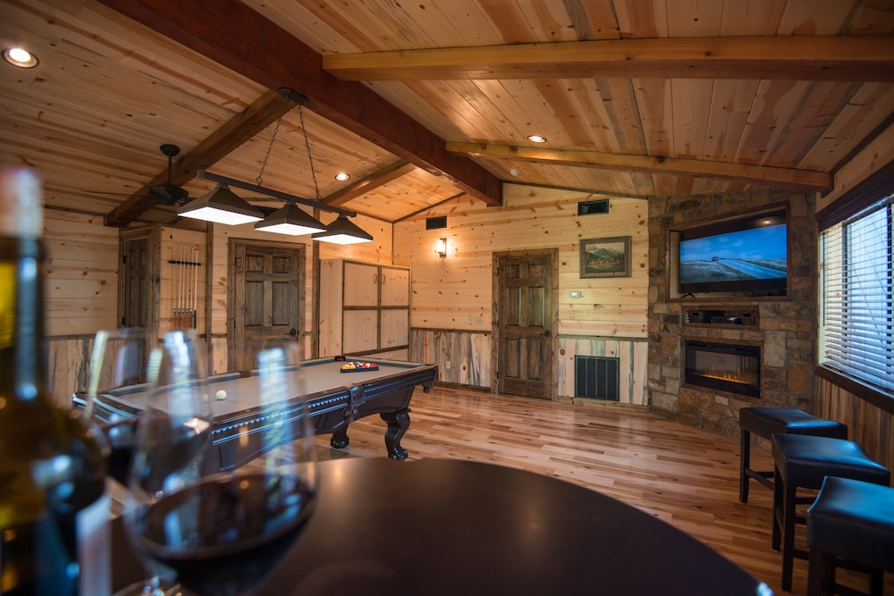 Private Kitchen, Crystal Ridge, Steam Spa, Game Room, Pool Table, Hot Tub, Wood-burning Fireplace