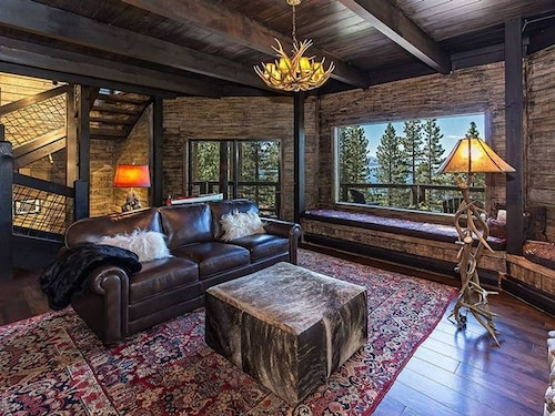 Luxurious, Newly Renovated Cabin With a Lake View