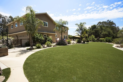 Family Getaway!! Huge Private Backyard, Hot Tub, Pet Friendly & Beach's Close by