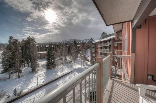 Ski-in Condo Steps From Downtown (USA 33492359 4.7) photo