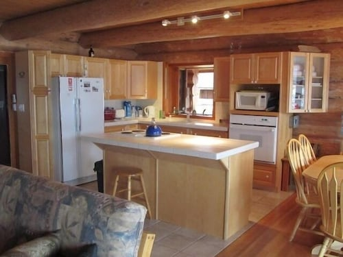 Private Kitchen, Spectacular Lake Front Log Cabin