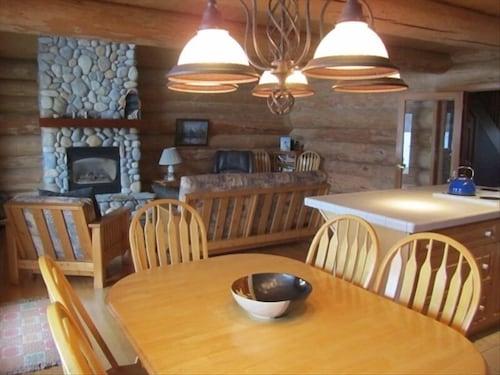 In-Room Dining, Spectacular Lake Front Log Cabin