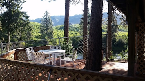 Riverfront Hideaway Minutes From Leavenworth's Bavarian Village