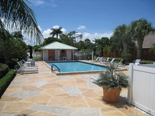 Best Price! Awesome Townhouse - 2 Bed 2 1/2 Bath - Walk to Beach