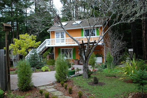 Romantic Mendocino Garden Cottage - 4 Minutes From the Ocean