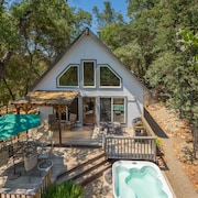 Cozy Cottage Close to Yosemite, Beautiful Views, Hot Tub & More!