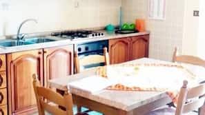 Grand réfrigérateur, four, plaque de cuisson, machine à expresso