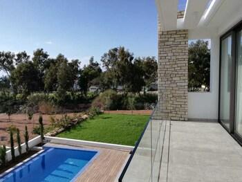 6, Maniki Street, Peyia 8570, Cyprus.