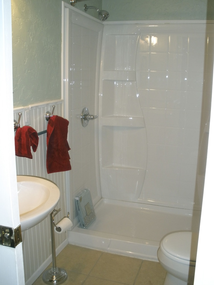 Bathroom, Rose Haven Cottage is a small comfortable home. In the Heart of Montrose.