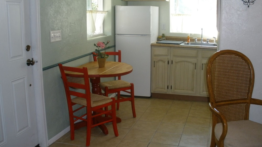 Private Kitchen, Rose Haven Cottage is a small comfortable home. In the Heart of Montrose.