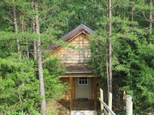 Romantic, Idylic Hide-a-way Nestled In The Woods For Two W/supersized Hot Tub!!