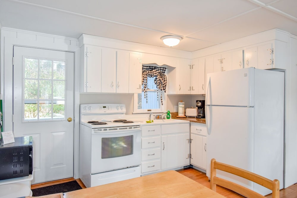 Private Kitchen, #408: Newly Renovated on Minister's Pond, Steps From Sand & Water! DOG Friendly!