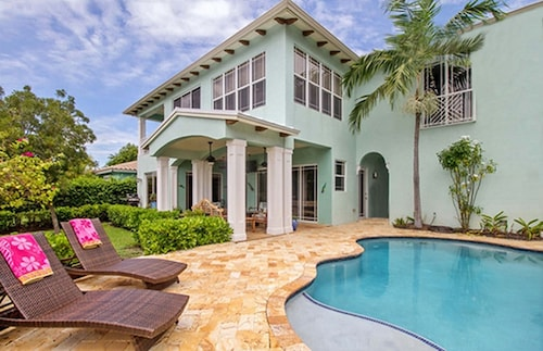 2 Blocks to Beach, Waterfront Estate, Heated Pool, Dock, Backyard Water Sports