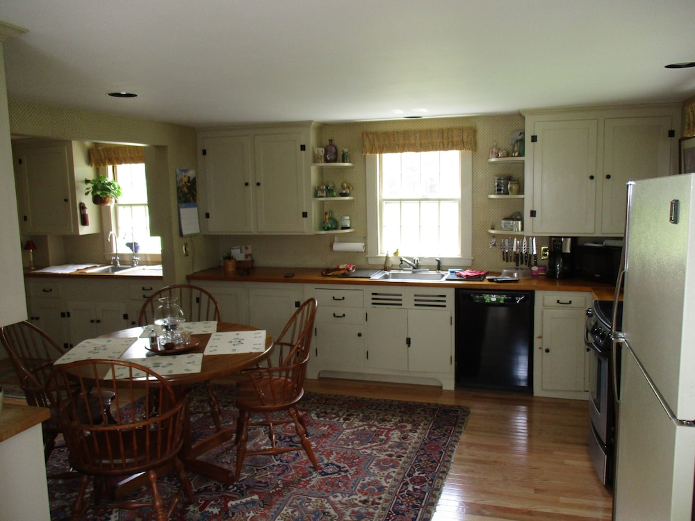 Private Kitchen, Spacious Estate With Mtn Views! Private Setting, Great Family Home!