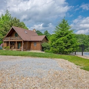 Lodge and Carriage House With 7 Combined Bedrooms, Ponds and Private Pool! Across From State Forest!