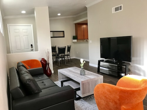 Contemporary 1 Bed/bath Luxury apt Near the Strip