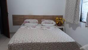 3 dormitorios y tabla de planchar con plancha