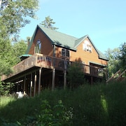 Luxurious, Secluded, Ski Chalet, w/ Country Decor & Hot Tub Near Okemo