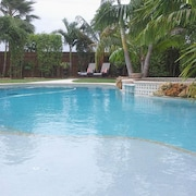 Tropical Paradise, Private Heated Salt Water Pool & Spa, Built-in-bbq