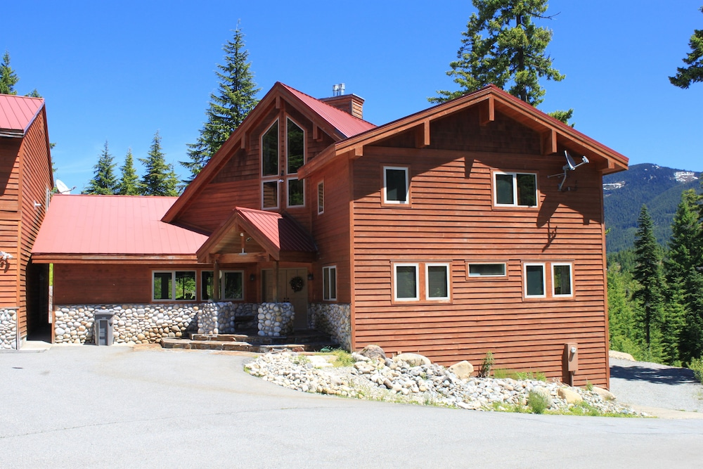 Snoqualmie Pass Lodge - Between Lake Kachess and the