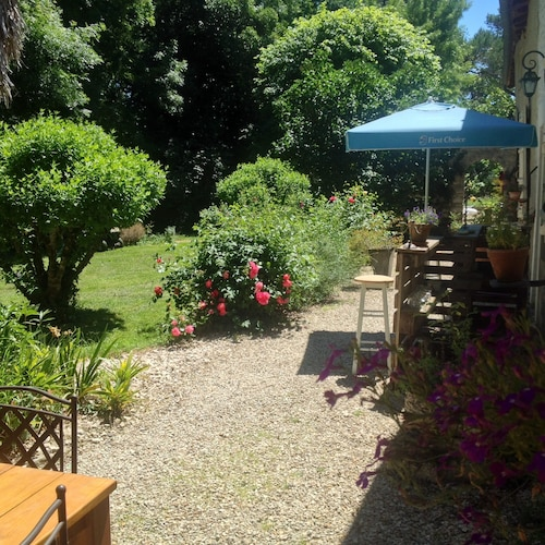 Property Grounds, Holiday Villa - Cognac Vineyards - Swimming Pool for 6 Adults 2 Children