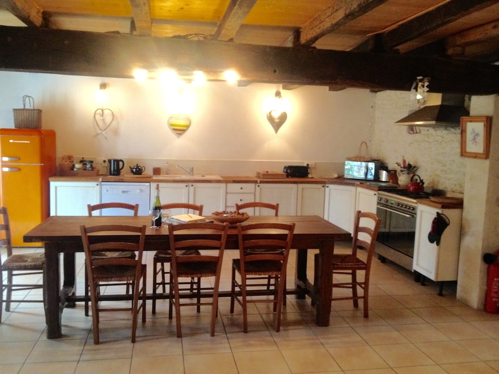 Private Kitchen, Holiday Villa - Cognac Vineyards - Swimming Pool for 6 Adults 2 Children