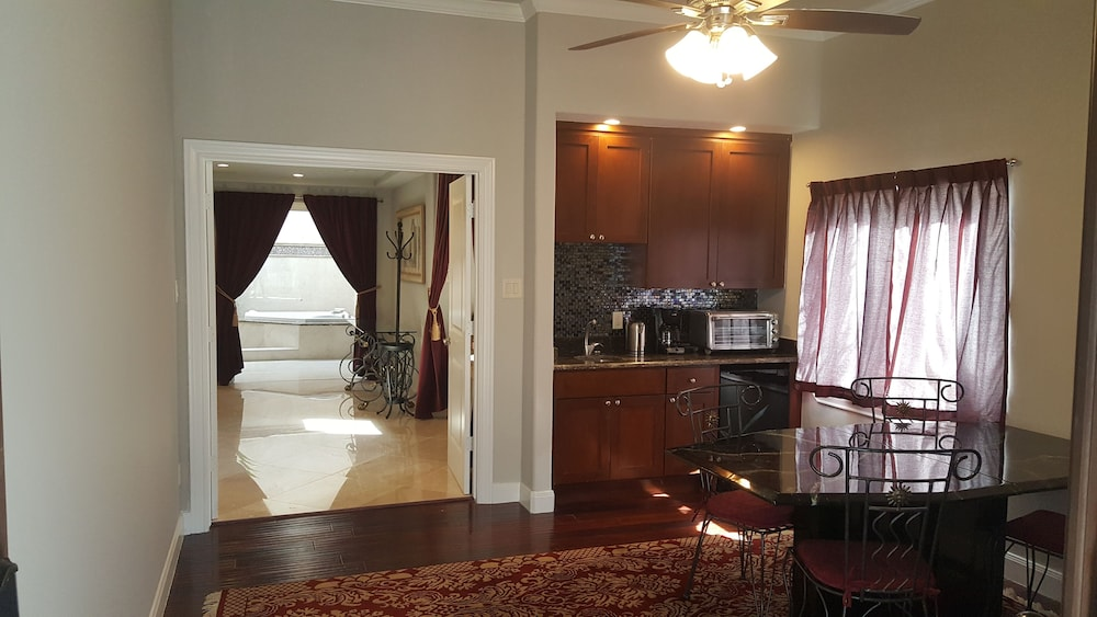, The Emperor's Suite - Central Houston Luxury