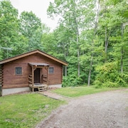 Cozy pet Friendly Cabin on 80 Acres Close to Old Mans Cave, Rock House, and Conkle's Hollow