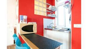 Køleskab, mikrobølgeovn, køkkentøj/tallerkener/redskaber, Servietter