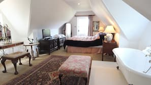 6 bedrooms, desk, iron/ironing board, travel cot