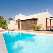 Villa Luna: Heated Private Pool, Walk to Beach, Wifi, Car Not Required
