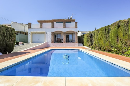 Family&pet Friendly Luxury Villa With Private Pool. 200 Metres From the Beach!!