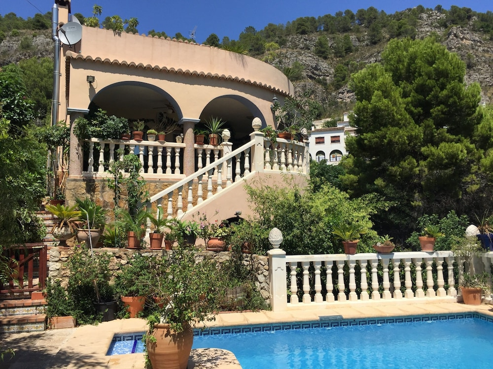 A Delightful Family Villa With Pool and Beautiful Gardens in
