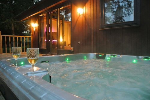 Family & Pet Friendly Lodge Cabin in Northumberland With Private Hot Tub & Wifi