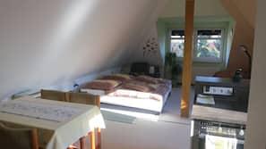 2 makuuhuonetta, silitysrauta/-lauta, vauvansängyt, Wi-Fi