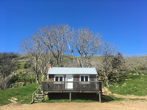 Emerald Hills Farm HUT - Located on our Tranquil Okains Bay Farm